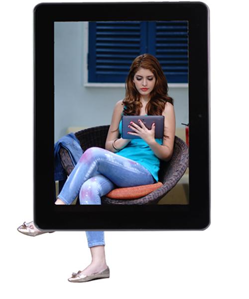 Andrea thời trang với máy tính bảng Mỹ Coby Kyros 1