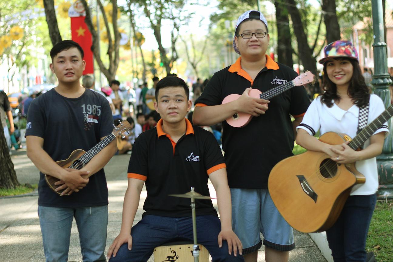 Ngẫu hứng âm nhạc của nghệ sĩ đường phố Sài thành - Ảnh 1.