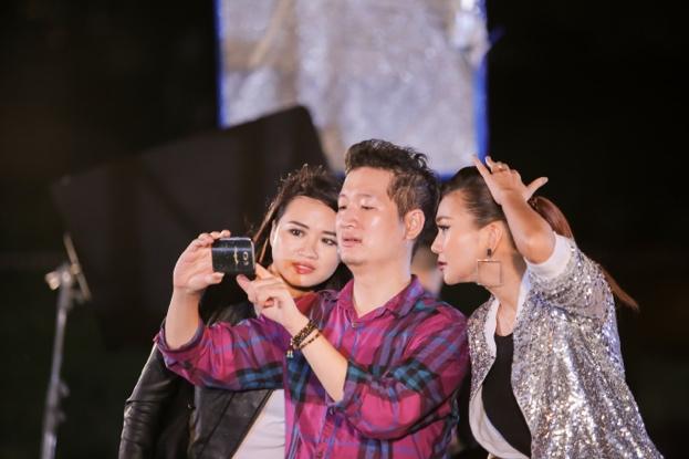Vietnam's Next Top Model gây sốc khi photoshoot chỉ bằng... điện thoại - Ảnh 1.