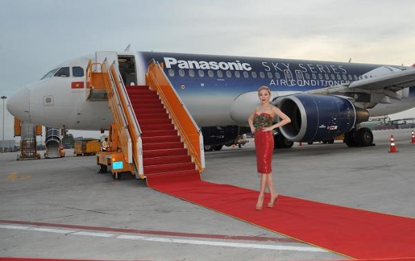 Panasonic gây ngạc nhiên khi giới thiệu sản phẩm trên không trung - Ảnh 1.