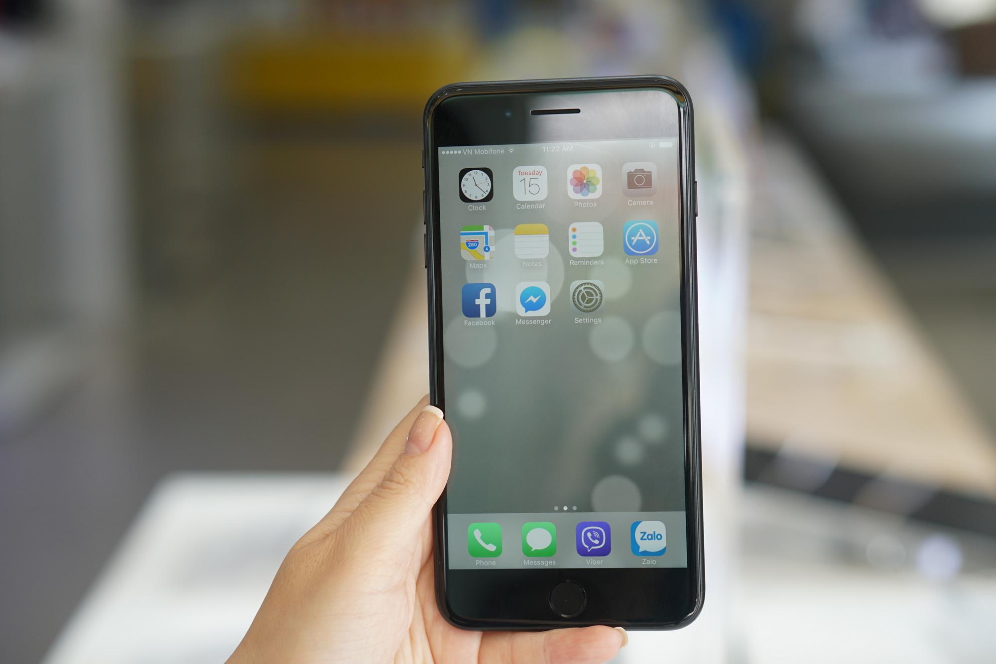 Trên tay iPhone 7/7 Plus đen nhám chính hãng tại Viễn Thông A -