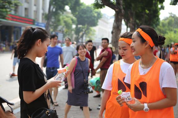 Giới trẻ thích thú với các hoạt động cộng đồng tại phố đi bộ - Ảnh 1.