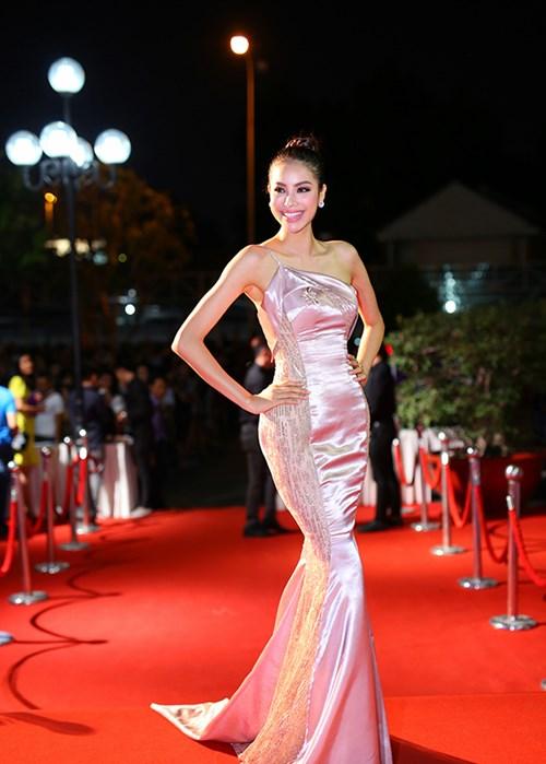 Nhìn lại top váy dạ hội càn quét thảm đỏ trong năm qua - Ảnh 11.