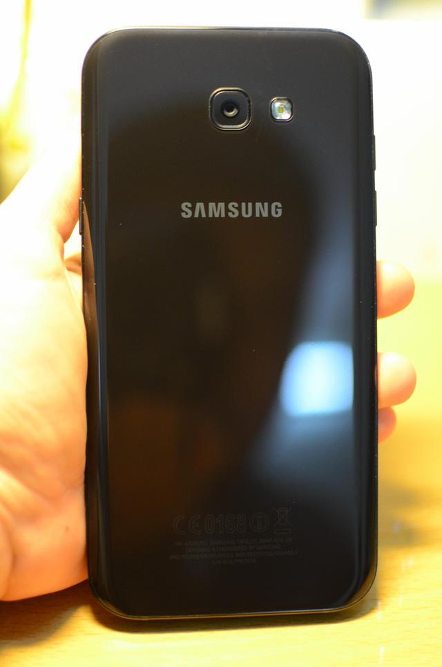 """Ngắm nhìn cảnh mở hộp Galaxy A7 - """"Bơi lội"""" trong nước, chấp cả chậu CocaCola - Ảnh 4."""