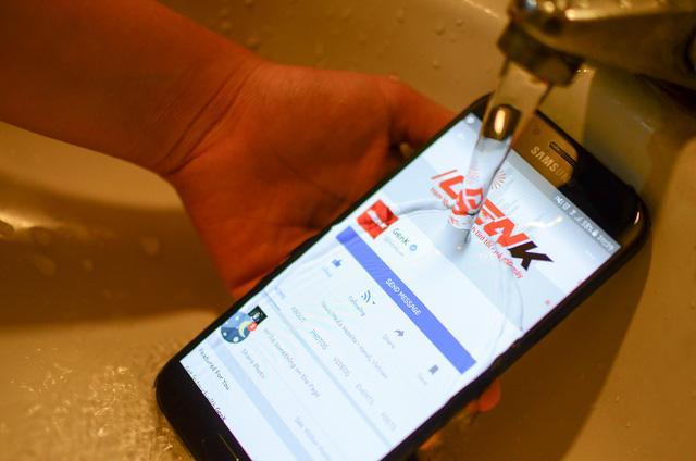 """Ngắm nhìn cảnh mở hộp Galaxy A7 - """"Bơi lội"""" trong nước, chấp cả chậu CocaCola - Ảnh 8."""
