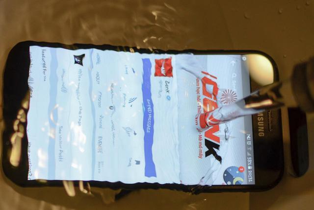 """Ngắm nhìn cảnh mở hộp Galaxy A7 - """"Bơi lội"""" trong nước, chấp cả chậu CocaCola - Ảnh 9."""