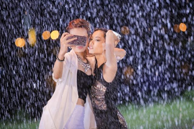 Vietnam's Next Top Model gây sốc khi photoshoot chỉ bằng... điện thoại - Ảnh 2.