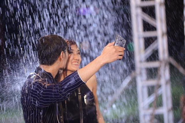 Vietnam's Next Top Model gây sốc khi photoshoot chỉ bằng... điện thoại - Ảnh 3.