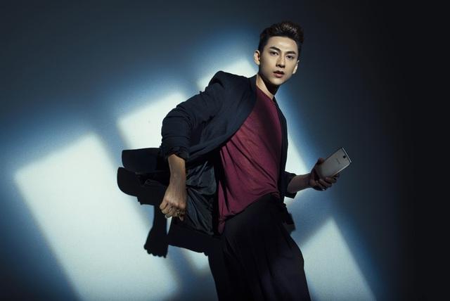 """Isaac tung bộ ảnh """"Hoàng tử bóng tối"""" cùng Galaxy J7 Prime - Ảnh 6."""