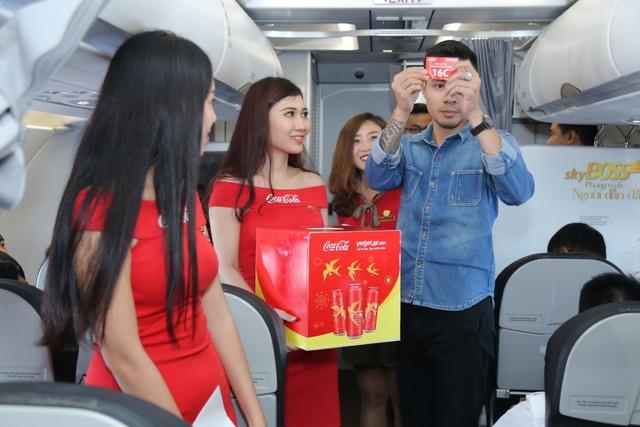 Ấn tượng chiếc máy bay mang hình ảnh Coca-Cola - Ảnh 4.