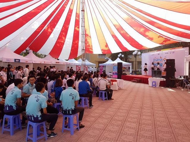 Sinh viên Kinh tế Quốc dân tưng bừng trong ngày hội khởi nghiệp - Ảnh 1.