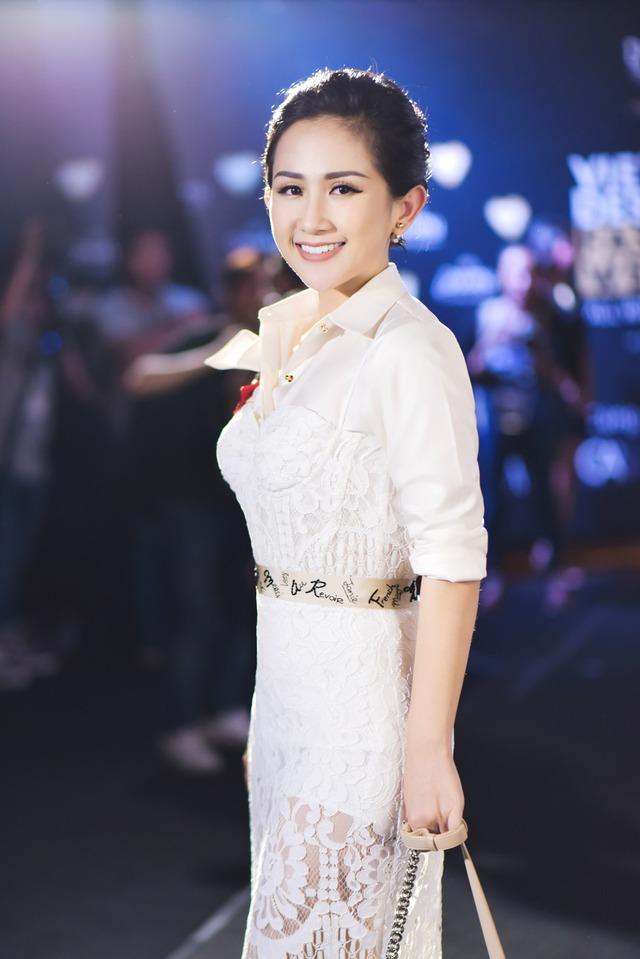 Fashionista Trâm Nguyễn chọn toàn thiết kế Việt vẫn nổi bần bật tại Vietnam Designer Fashion Week - Ảnh 2.