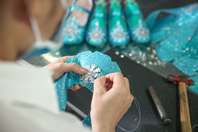 Cận cảnh nhà máy sản xuất BST giày đầu tiên của thương hiệu Việt và Disney - Ảnh 3.
