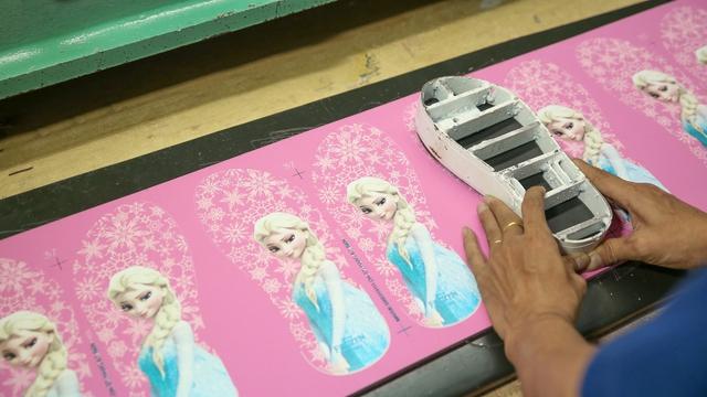 Cận cảnh nhà máy sản xuất BST giày đầu tiên của thương hiệu Việt và Disney - Ảnh 5.