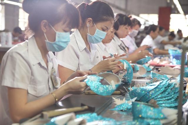 Cận cảnh nhà máy sản xuất BST giày đầu tiên của thương hiệu Việt và Disney - Ảnh 7.