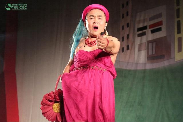 Xuân Hinh khiến khán giả bất giờ với màn biến hóa trên sân khấu - Ảnh 1.