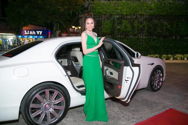 Hoa hậu Sella Trương mang kim cương, ngồi xế ''xịn'' nổi bật tại sự kiện - Ảnh 2.