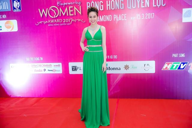Hoa hậu Sella Trương mang kim cương, ngồi xế ''xịn'' nổi bật tại sự kiện - Ảnh 4.