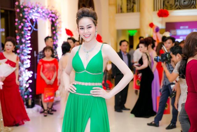 Hoa hậu Sella Trương mang kim cương, ngồi xế ''xịn'' nổi bật tại sự kiện - Ảnh 5.