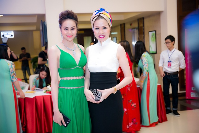 Hoa hậu Sella Trương mang kim cương, ngồi xế ''xịn'' nổi bật tại sự kiện - Ảnh 6.