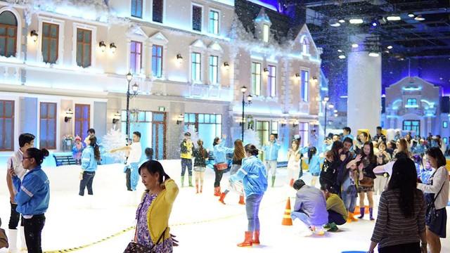 Giới trẻ háo hức với khu vui chơi trượt tuyết lớn nhất Đông Nam Á tại Sài Gòn - Ảnh 1.