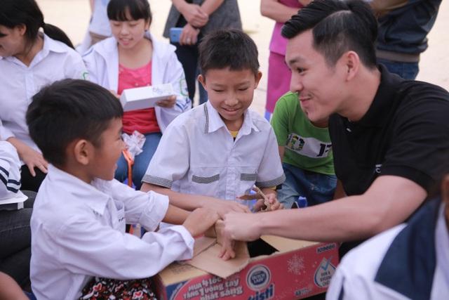 """Phan Anh, Thiên Minh và hành trình """"kết nối yêu thương"""" cùng trẻ em Điện Biên - Ảnh 1."""