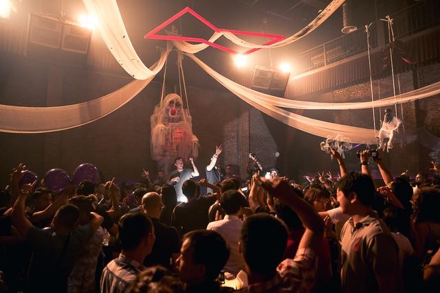 """Khán giả Hà Nội """"bùng nổ"""" trong đêm nhạc Brazillian Bass của 2 DJ đẳng cấp Bhaskar và Gabriel Boni - Ảnh 3."""