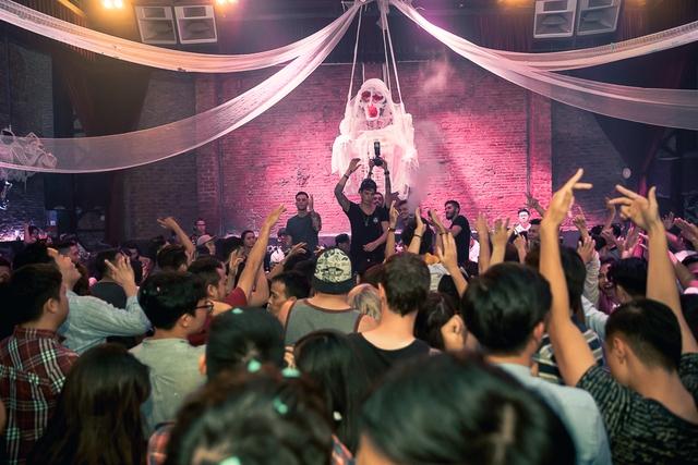 """Khán giả Hà Nội """"bùng nổ"""" trong đêm nhạc Brazillian Bass của 2 DJ đẳng cấp Bhaskar và Gabriel Boni - Ảnh 6."""