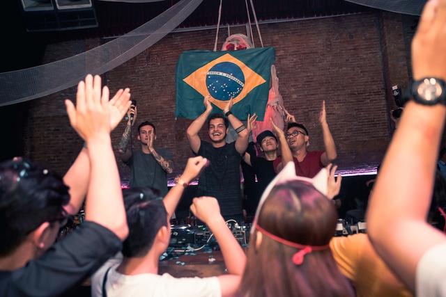 """Khán giả Hà Nội """"bùng nổ"""" trong đêm nhạc Brazillian Bass của 2 DJ đẳng cấp Bhaskar và Gabriel Boni - Ảnh 7."""
