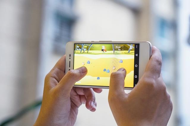 Đập hộp smartphone Việt với tính năng selfie rạng rỡ như tuổi 20 - Ảnh 7.