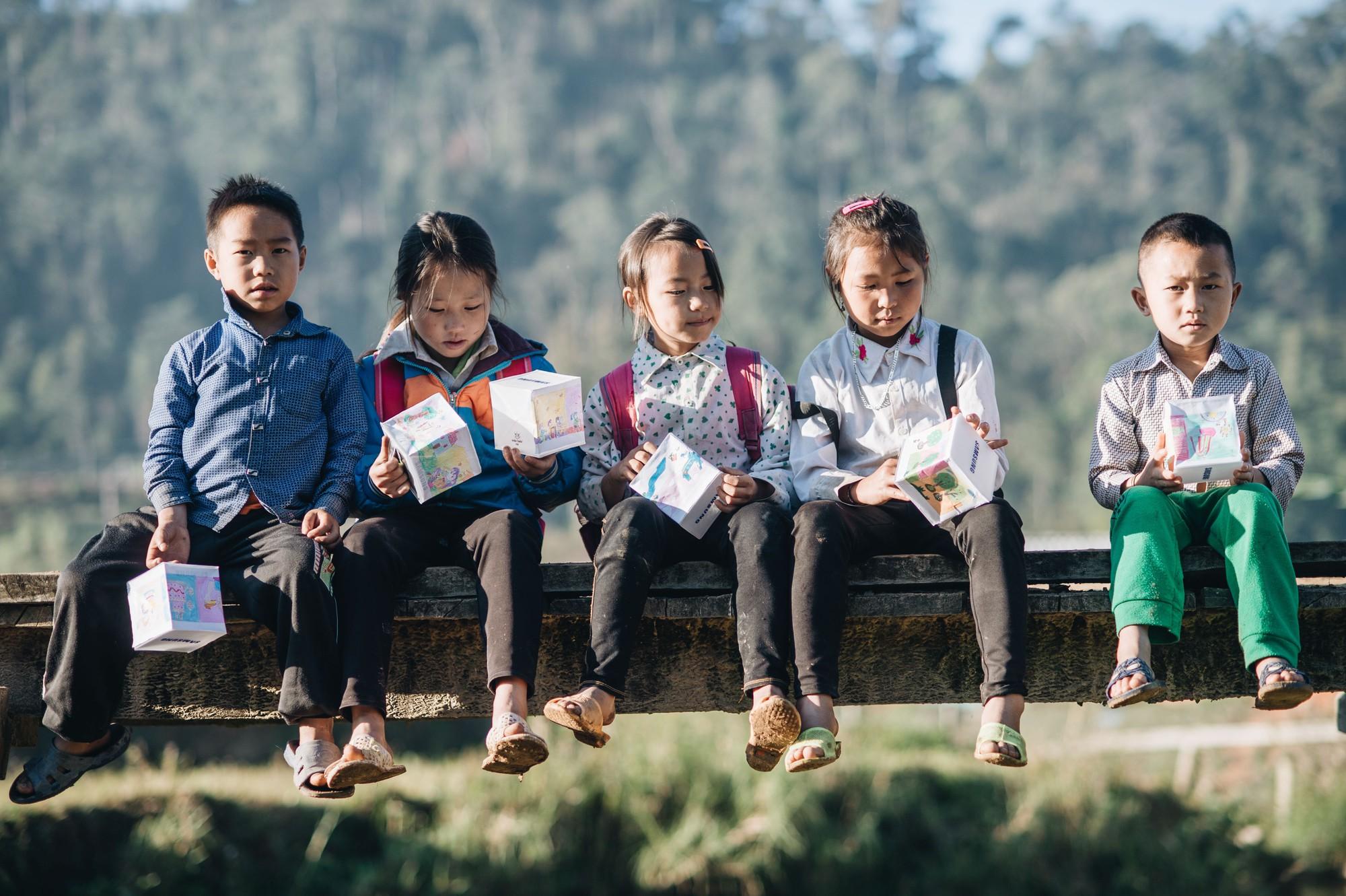 """Hành trình """"cõng ông mặt trời"""" cho lũ trẻ trên đỉnh trời Tri Lễ - Ảnh 7."""