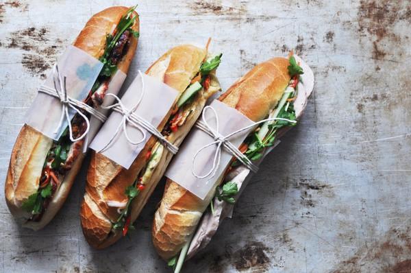Ổ bánh mì giá 2 triệu đồng tại Sài Gòn được Ngon khó cưỡng phát hiện có gì bên trong? - Ảnh 1.