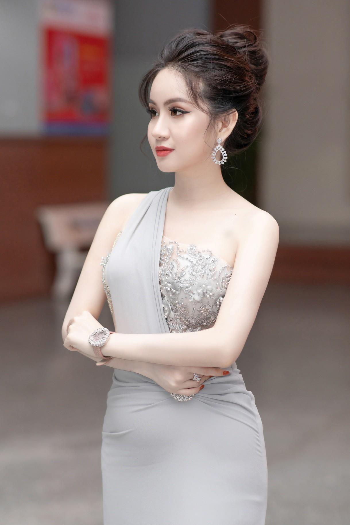 CEO – Doanh nhân Huyền Cò: Giám khảo quyền lực đêm Gala Chung kết Miss HUTECH 2019 - Ảnh 1.