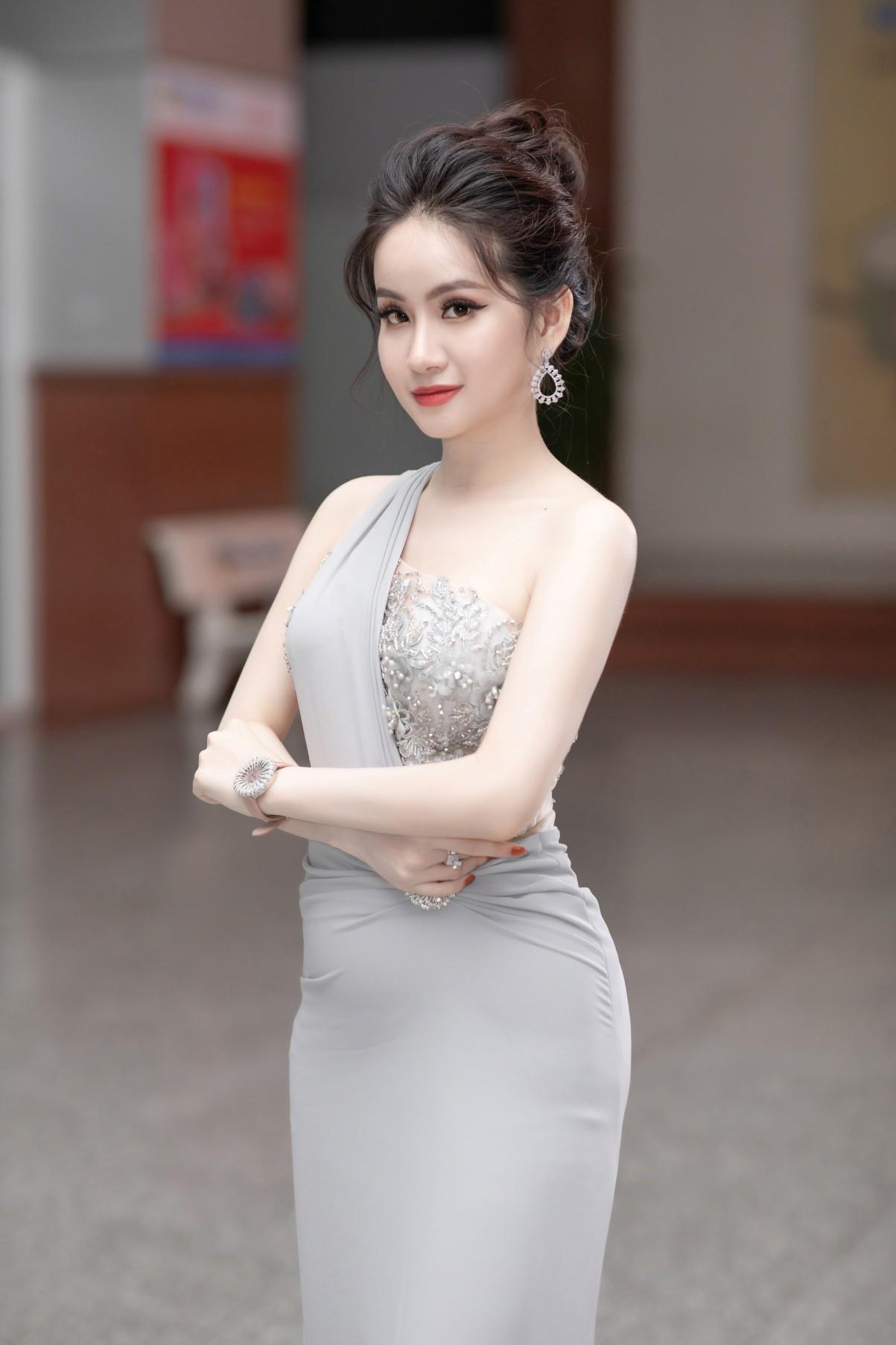 CEO – Doanh nhân Huyền Cò: Giám khảo quyền lực đêm Gala Chung kết Miss HUTECH 2019 - Ảnh 3.