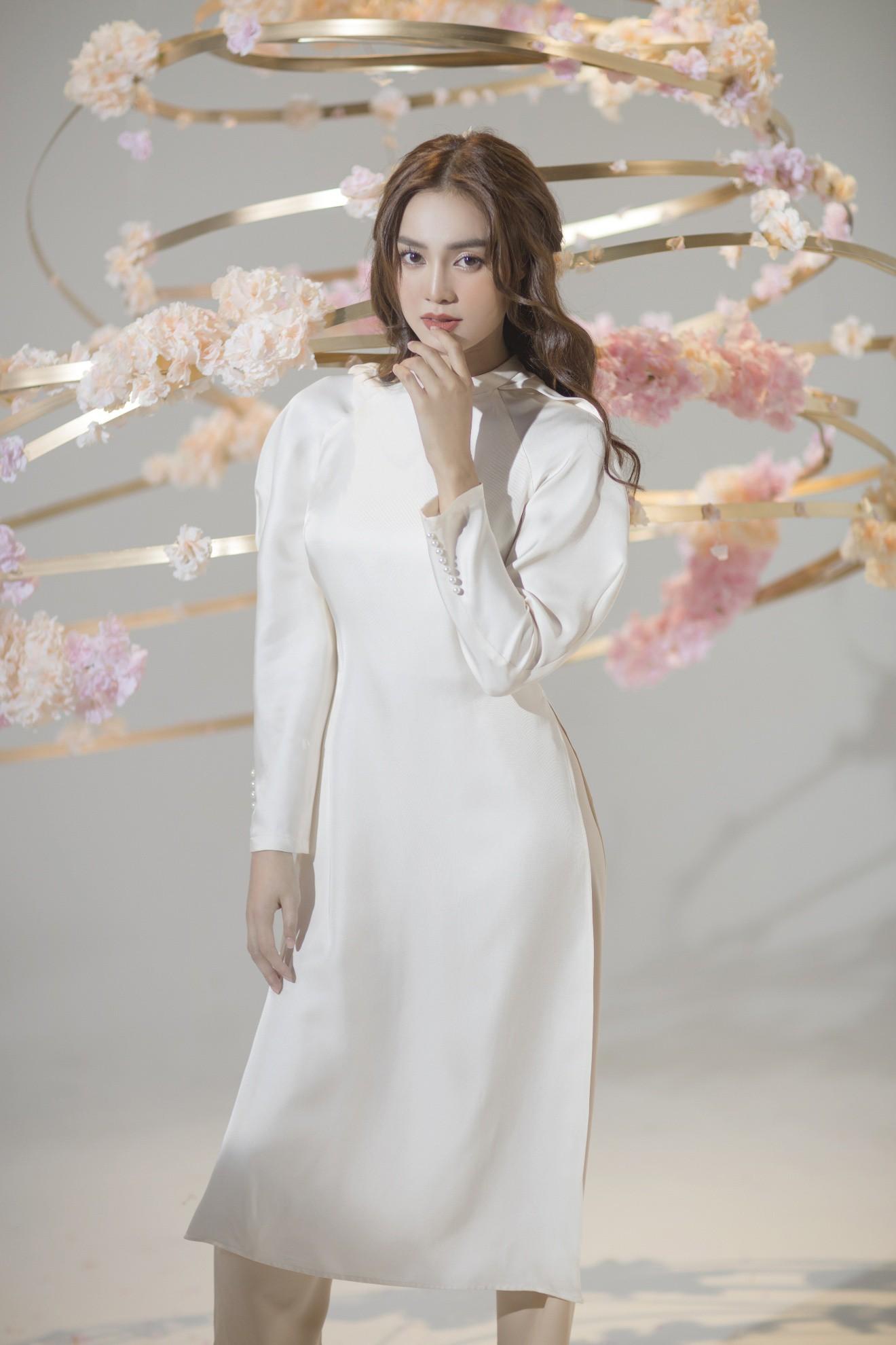 """""""Gái già"""" Ninh Dương Lan Ngọc khiến fan mãn nhãn với vẻ quyến rũ trong tà áo dài truyền thống đón Tết - Ảnh 4."""