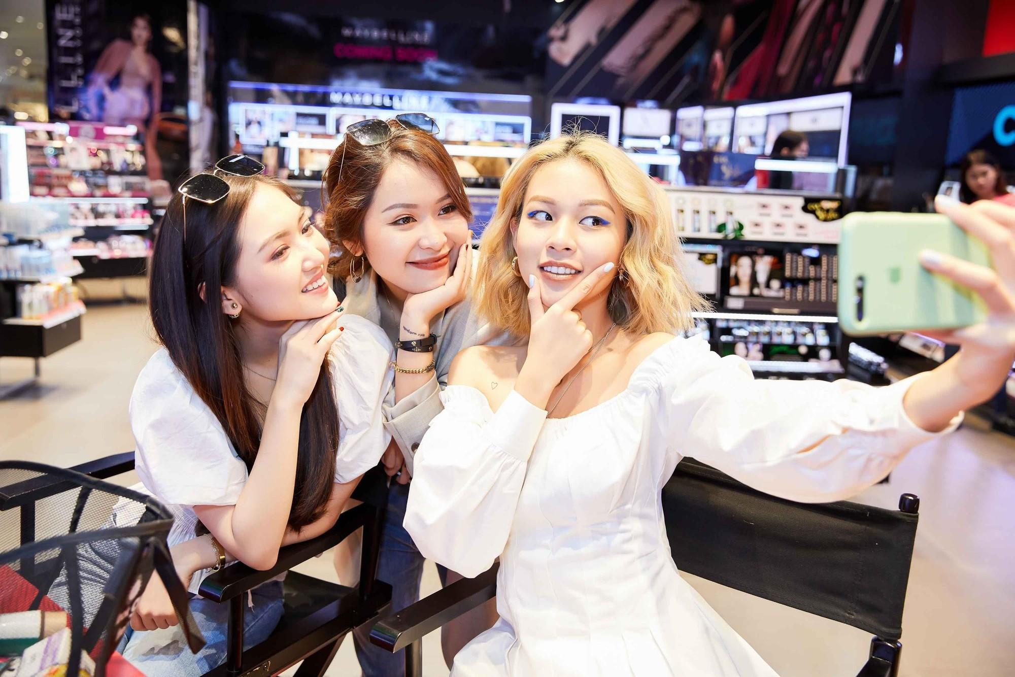 """Phí Phương Anh, An Phương và Chloe Nguyễn bị """"mê hoặc"""" giữa một """"rừng"""" mỹ phẩm tại Watsons - Ảnh 5."""