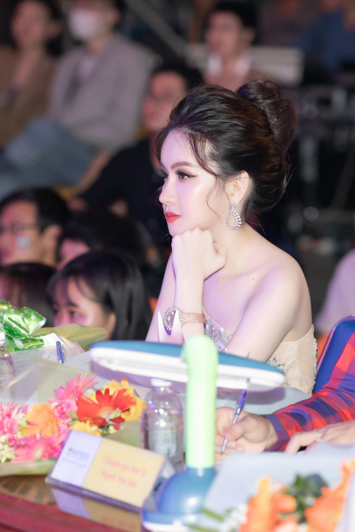 CEO – Doanh nhân Huyền Cò: Giám khảo quyền lực đêm Gala Chung kết Miss HUTECH 2019 - Ảnh 5.