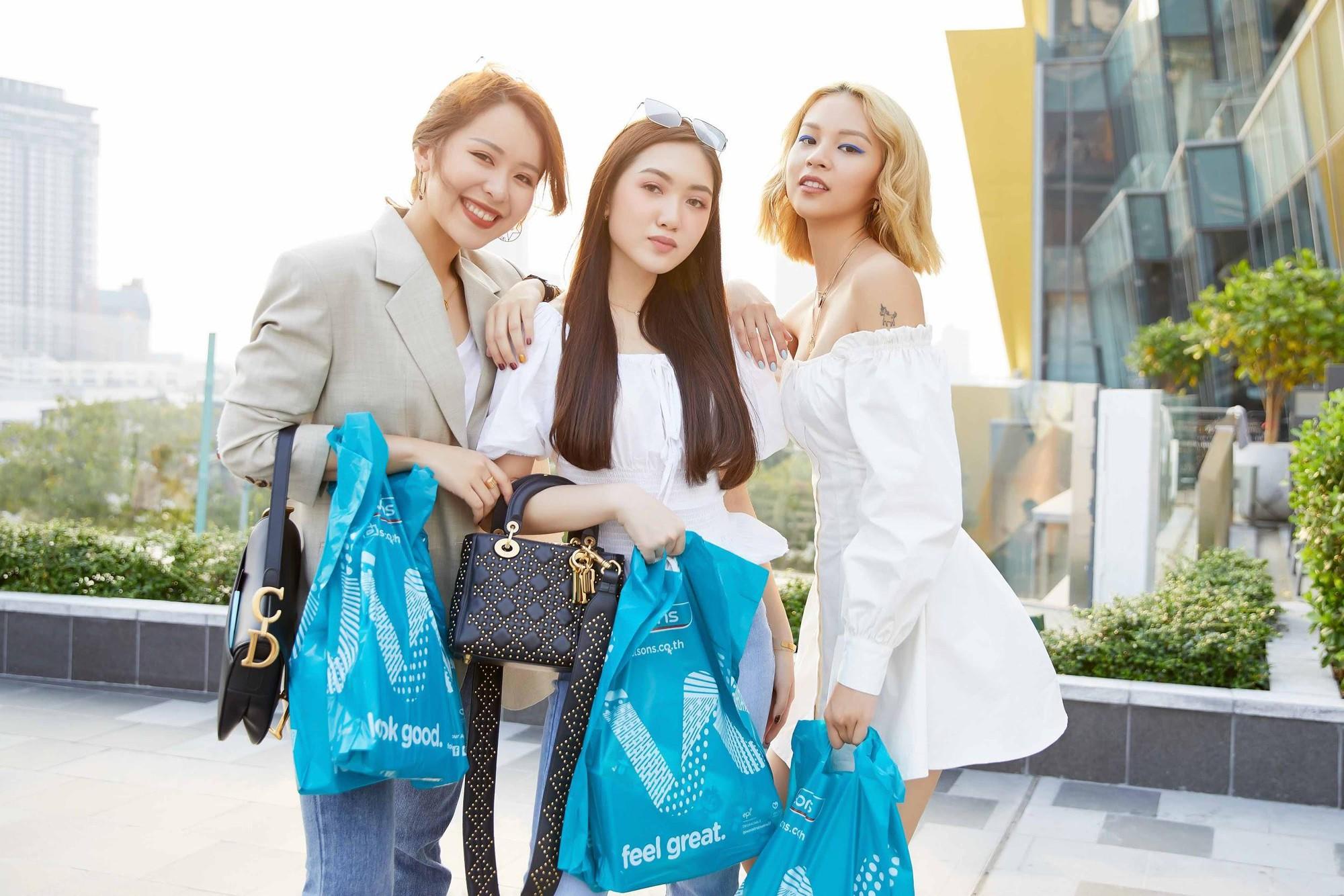 """Phí Phương Anh, An Phương và Chloe Nguyễn bị """"mê hoặc"""" giữa một """"rừng"""" mỹ phẩm tại Watsons - Ảnh 6."""