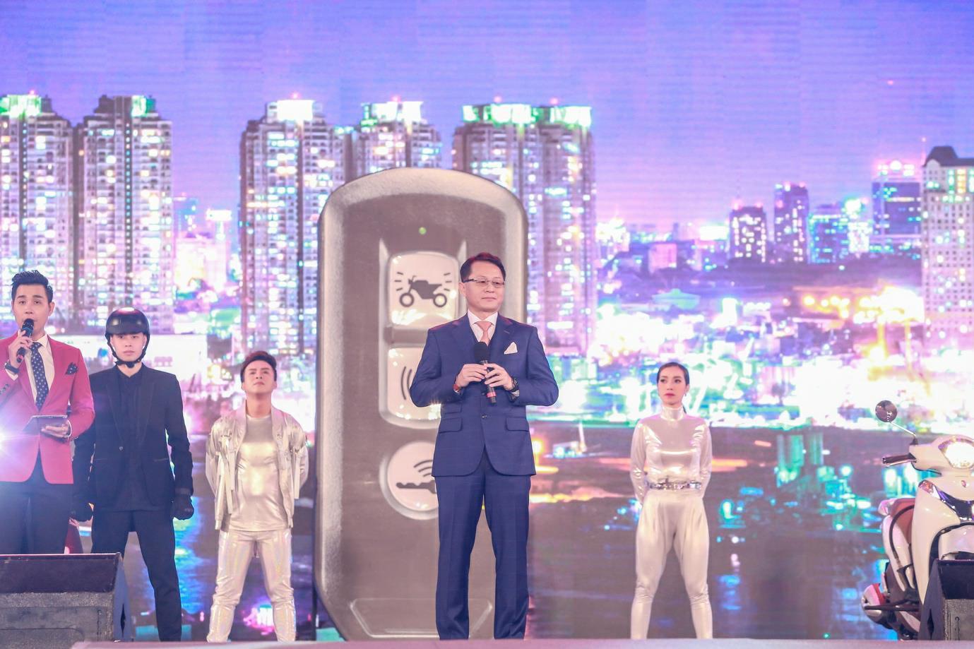 """""""Cán mốc"""" 48.000 khán giả, đêm nhạc công nghệ hologram thành công rực rỡ tại Hà Nội - Ảnh 1."""