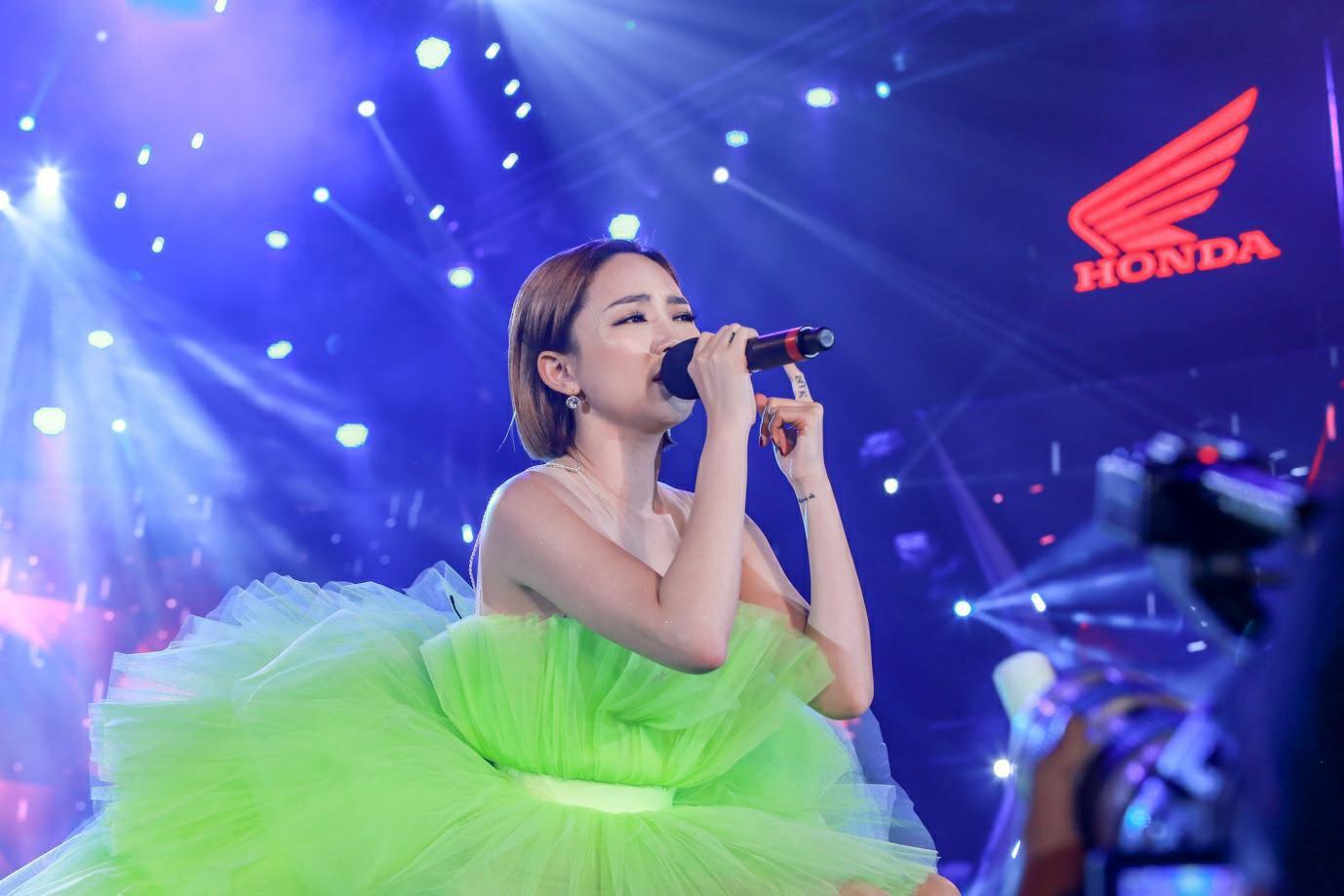 """""""Cán mốc"""" 48.000 khán giả, đêm nhạc công nghệ hologram thành công rực rỡ tại Hà Nội - Ảnh 2."""
