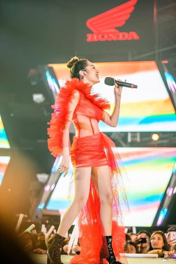 """""""Cán mốc"""" 48.000 khán giả, đêm nhạc công nghệ hologram thành công rực rỡ tại Hà Nội - Ảnh 4."""