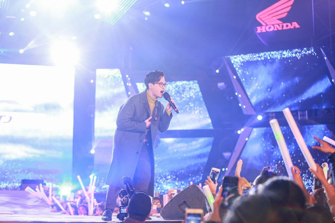 """""""Cán mốc"""" 48.000 khán giả, đêm nhạc công nghệ hologram thành công rực rỡ tại Hà Nội - Ảnh 6."""