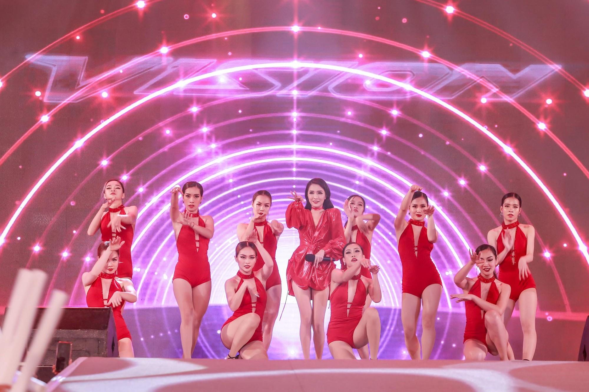 """""""Cán mốc"""" 48.000 khán giả, đêm nhạc công nghệ hologram thành công rực rỡ tại Hà Nội - Ảnh 7."""