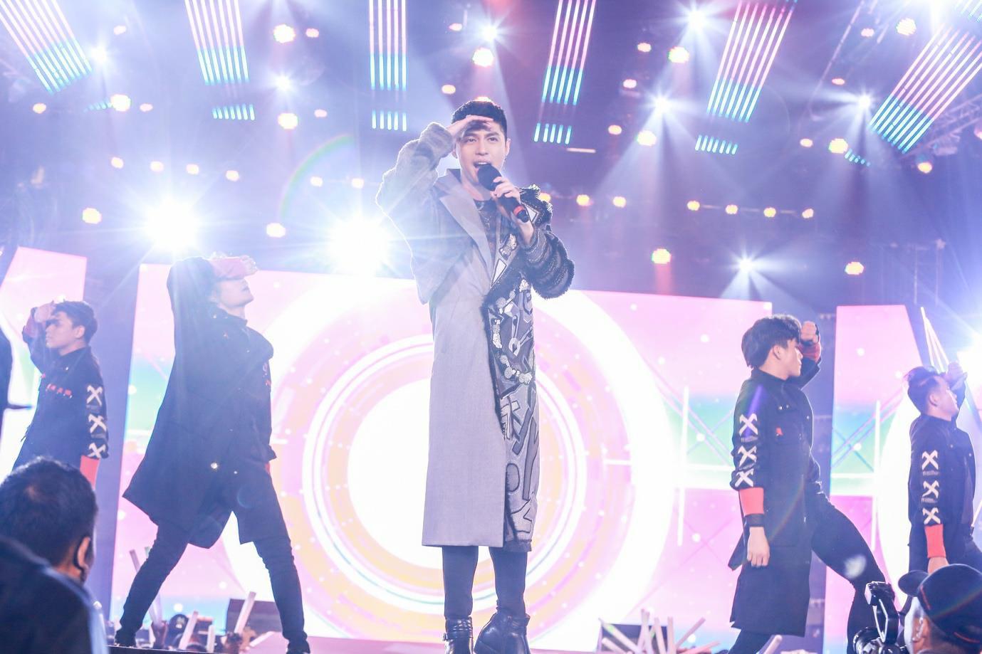 """""""Cán mốc"""" 48.000 khán giả, đêm nhạc công nghệ hologram thành công rực rỡ tại Hà Nội - Ảnh 8."""