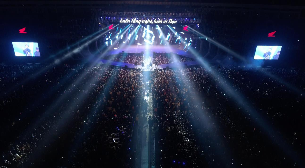 """""""Cán mốc"""" 48.000 khán giả, đêm nhạc công nghệ hologram thành công rực rỡ tại Hà Nội - Ảnh 10."""