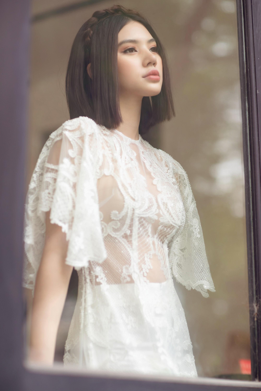 Duyên dáng và năng động khi diện áo dài như Jolie Nguyễn - Ảnh 1.
