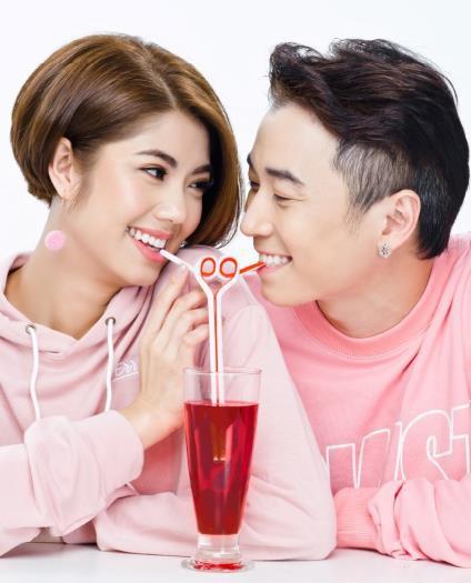 Trời ơi tin được không, giờ thì Karik và Đàm Phương Linh còn hôn môi công khai trong TVC mới nè! - Ảnh 1.