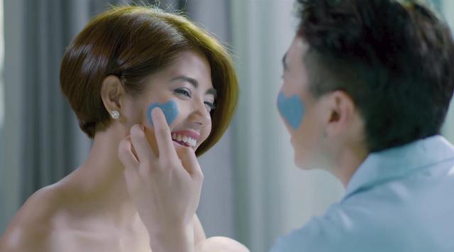 Trời ơi tin được không, giờ thì Karik và Đàm Phương Linh còn hôn môi công khai trong TVC mới nè! - Ảnh 5.