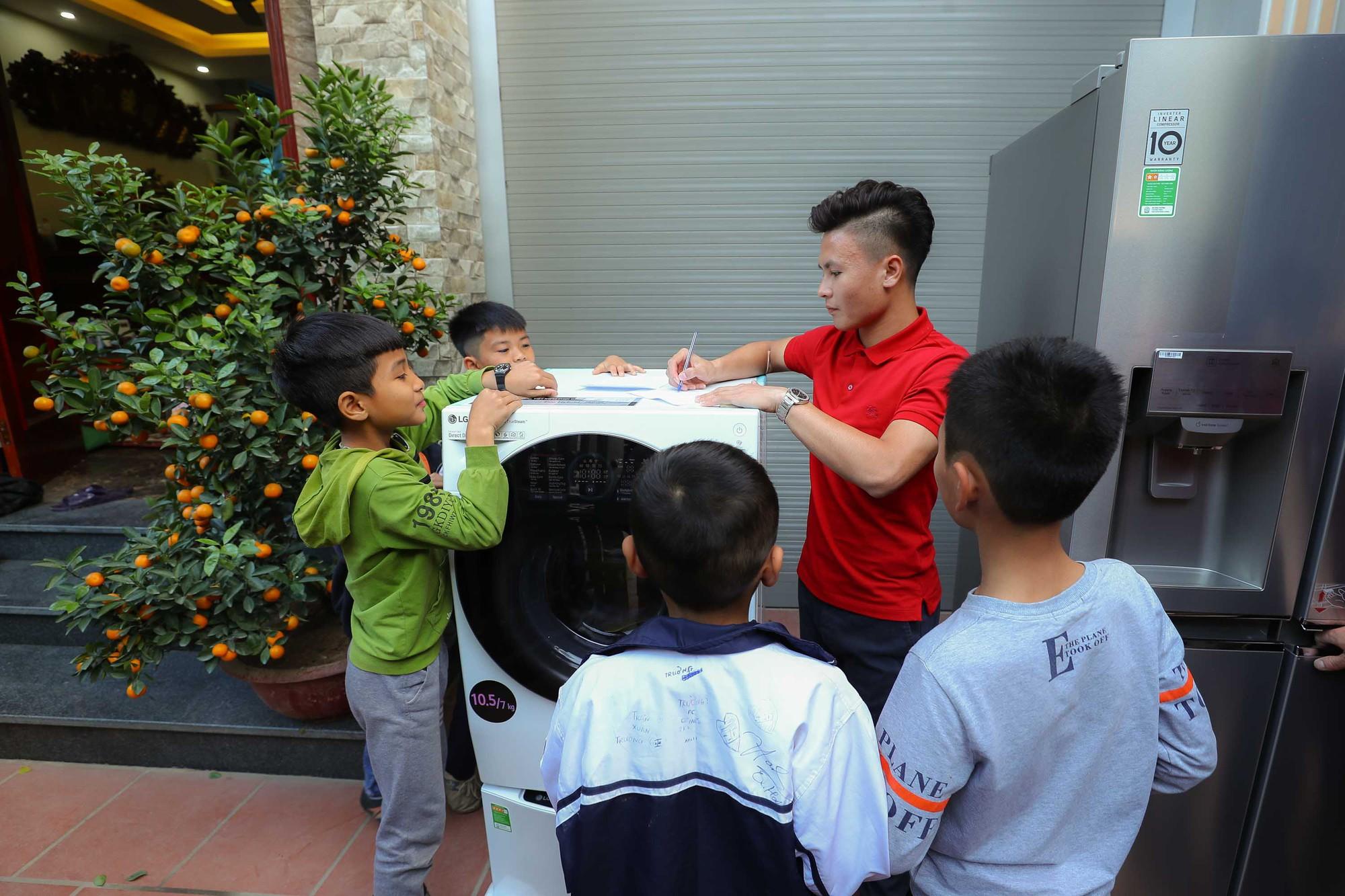 Bắt gặp khoảnh khắc xúc động Quang Hải trở về nhà sau Asian Cup 2019 - Ảnh 8.