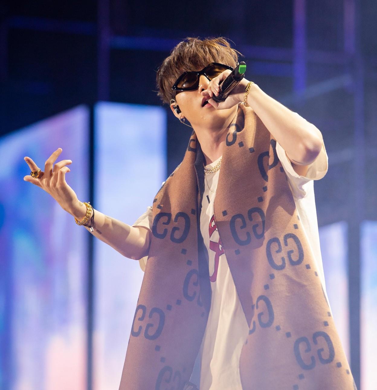 """Sau khăn """"bà ngoại"""", Sơn Tùng tiếp tục khiến fan """"bấn loạn"""" với style """"ông ngoại quốc dân"""" - Ảnh 2."""